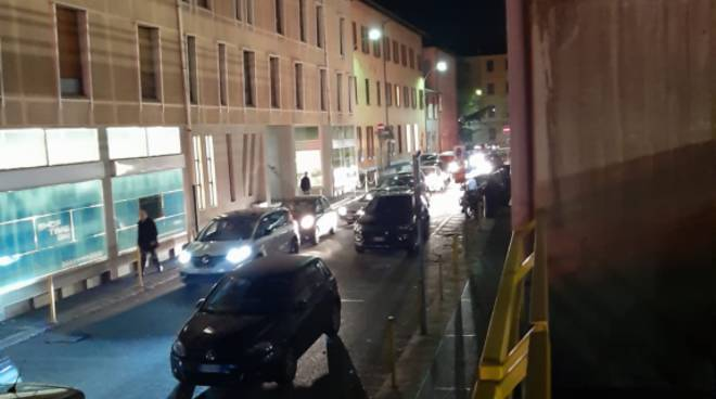 traffico nel caos a como, disagi e proteste auto ferme autosilo como