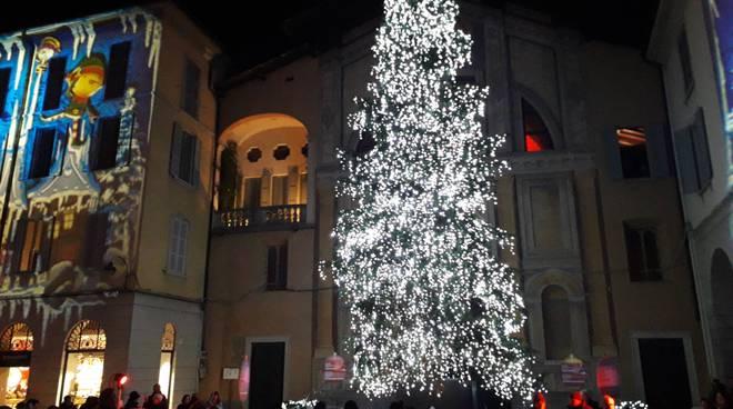accensione albero piazza grimoldi a como per città dei balocchi 2019