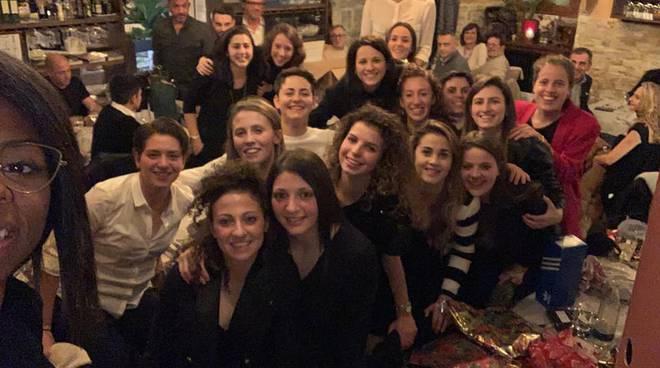 acf como festa di natale al ristorante con presidente e ragazze torta e medaglia per atlete