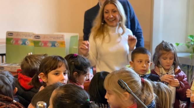 Comune e Fondazione Volta consegnano le borracce agli alunni delle materne di Como