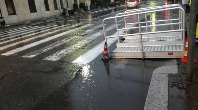 esondazione lago di como passerelle davanti a piazza e una corsia lungolago chiusa