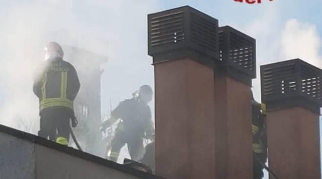 incendio al tetto villette di lambrugo via roma intervento pompieri
