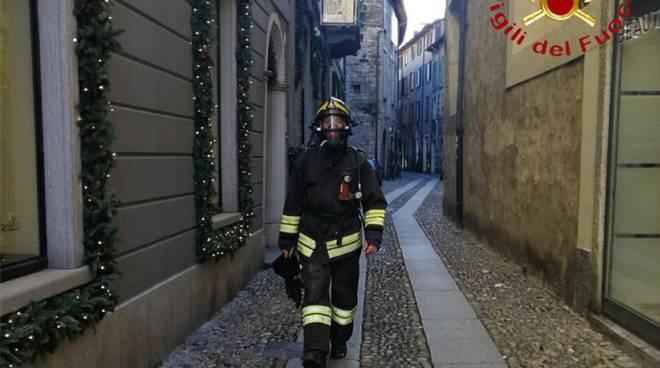 incendio cucina via vitani como ed appartamento asso pompieri mezzi