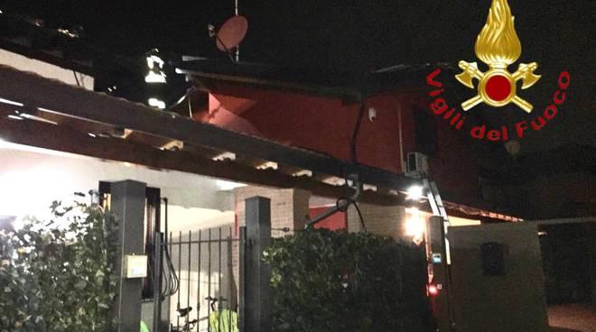 incendio tetto villetta a schiera lurago marinone intervento pompieri notte