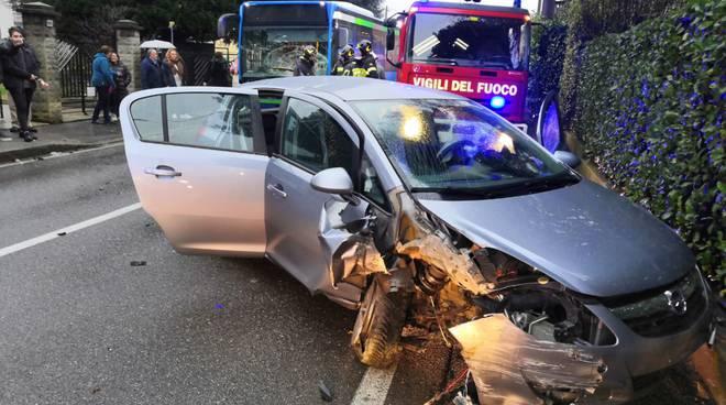 incidente auto e pullman di linea olgiate in questo pomeriggio danni mezzi luogo