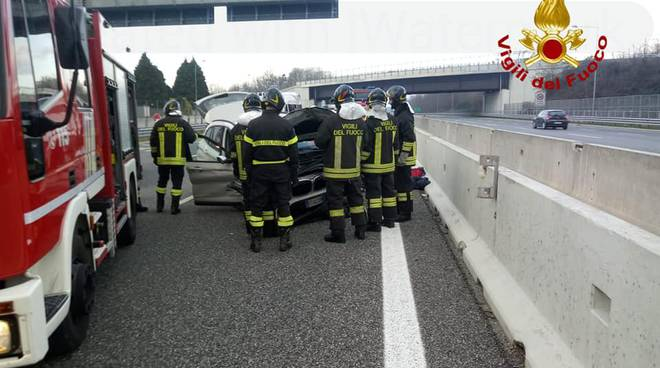 incidente mortale a lomazzo, medico esce di strada con auto schianto contro guard-rail