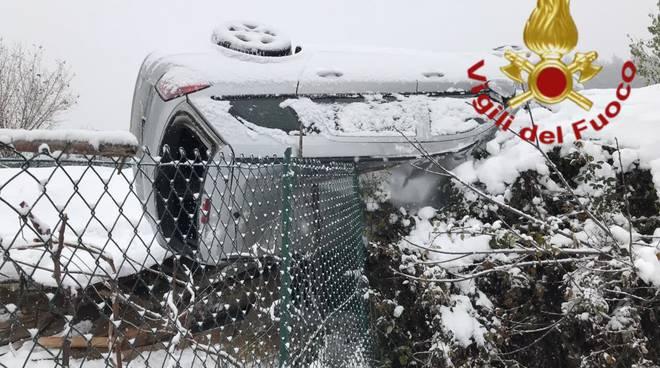 incidente sotto la neve a garzeno auto  ribaltata in strada