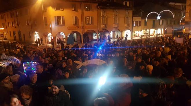 manifestazione piazza vittoria como 6000 sardine raduno in piazza vittoria