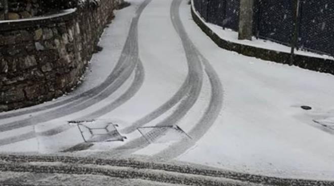 monte olimpino zona via artaria con neve e nessun mezzo passato a mettere il ghiaccio