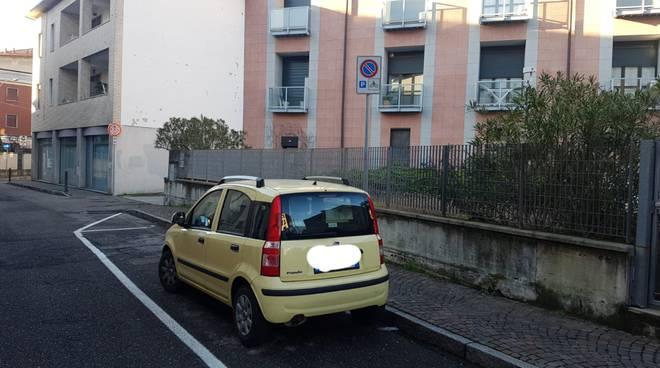 parcheggio di via Carloni per le moto, ma usato dalle auto