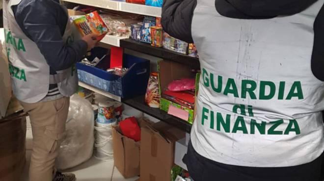 sequestro finanza di como per fuochi illegali in magazzini