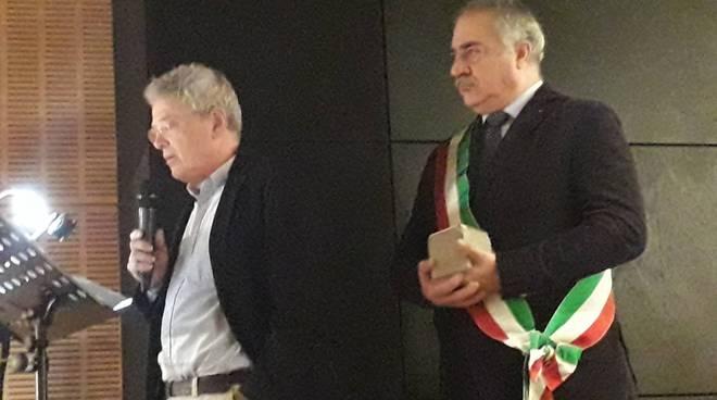 cerimonia in biblioteca a como giornata della memoria sindaco autorità ragazzi