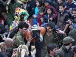 festa della vegeta a schignano con ragazzi in strada carnevale al via