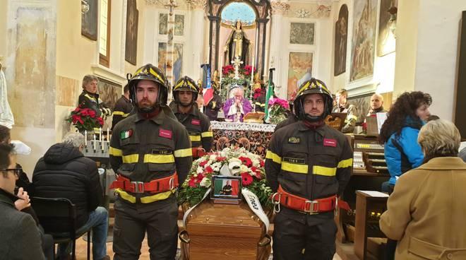 In Valle d'Intelvi il funerale di Massimo Ratti, il volontario dei pompieri morto a 47 anni