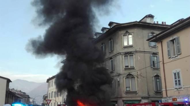 incendio auto piazza san rocco como pompieri a spegnere rogo colonna fumo