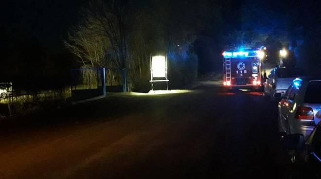 incendio doloso chalet distrutto a guanzate pompieri notte lampeggianti