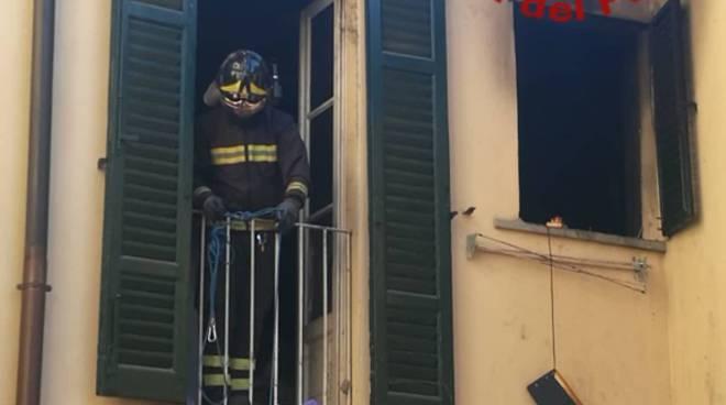 incendio in un appartamento in centro Como via natta soccorso pompieri interno appartamento