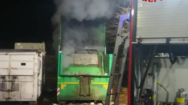 incendio notte cassone rifiuti ditta montano lucino