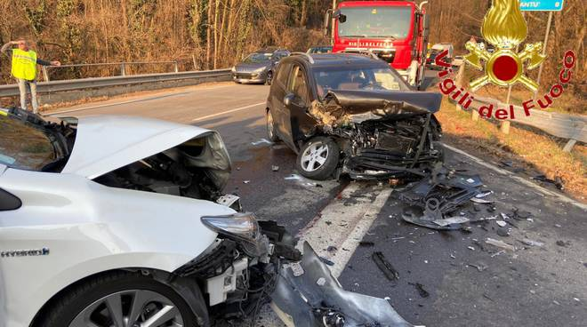 incidente fino mornasco scontro frontale tra auto distrutte completamente