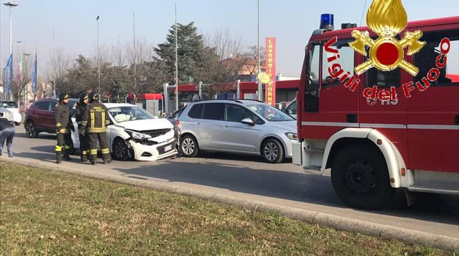 incidente tra auto valassina arosio feriti e soccorsi pompieri