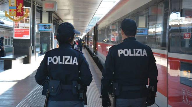 polizia ferroviaria controllo stazione treno in arrivo generico