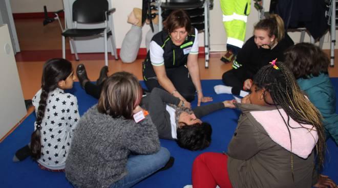 ragazzi scuola monte olimpino alla base oiperativa 112 villaguardia per open day