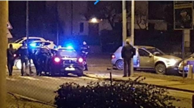 schianto auto a bulgarograsso dopo inseguimento con carabinieri foto dei residenti su facebook