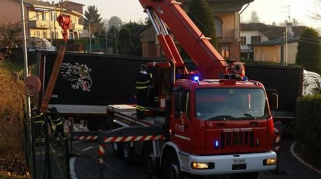 tir bloccato a casnate nelle strade, intervento pompieri foto del sindaco bulgheroni