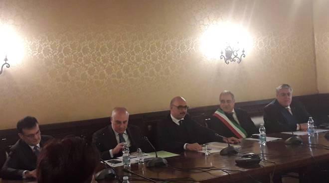 visita prefettura a como vice ministro matteo mauri, lui con sindaco prefetto e forze ordine