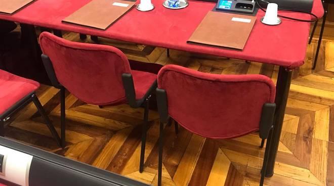 aula consiglio comunale como deserta mancanza numero legale