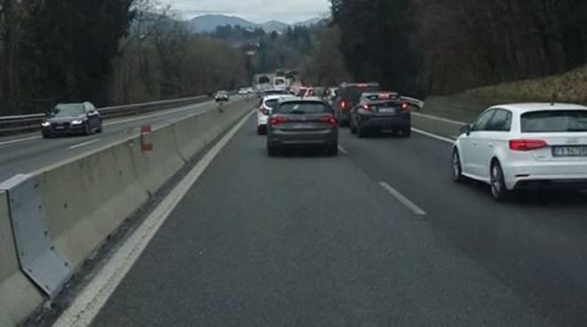 autostrada con traffico da grandate alla svizzera cantiere immagini coda