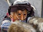 carnevale di schignano con maschere e bimbi festa centro como coriandoli e maschere