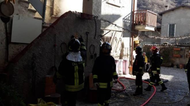 incendio garage di barni via verri intyervento di spegnimento dei pompieri