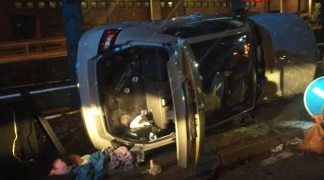 incidente como via carloni auto ribaltata nella notte