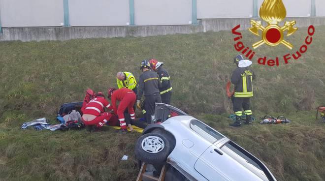 incidente grandate, auto fuori strada e poi ribaltata soccorsi pompieri
