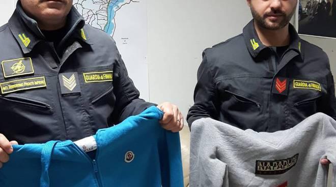 sequestro abbigliamento contraffatto da finanza in un appartamento di via Grossi como giubbotti abbigliamento