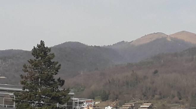 tavernerio incendio boschi sopra il paese domato immagini poco fumo e zona interessata