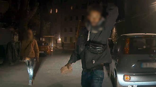vandali somali colpiscono auto con mattoni in mano via pastrengo como
