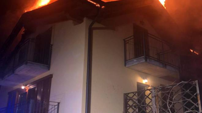 Devastante incendio al tetto di una villetta a Nesso