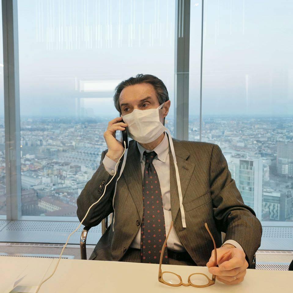 governatore regione lombardia fontana con mascherina per emergenza virus