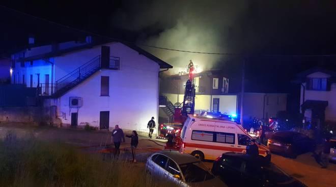 incendio lipomo mansarda in fiamme via canzighina