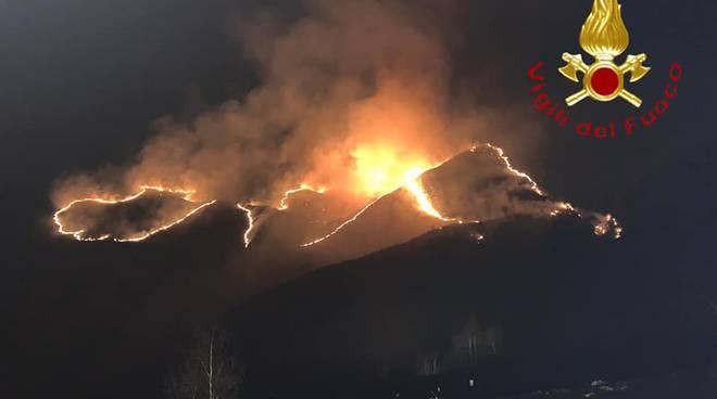incendiop montagna di garzeno notte