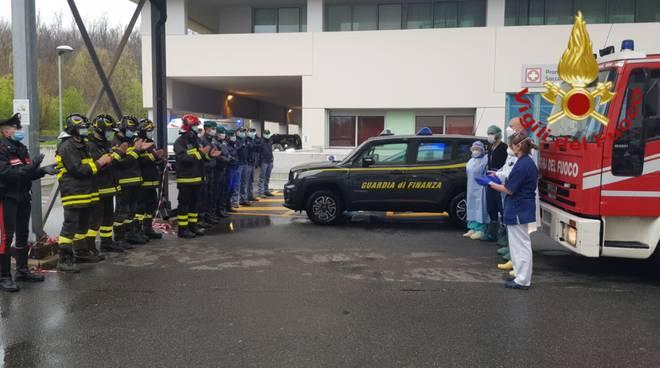 omaggio a medici ed infermieri per emergenza da parte forze dell'ordine esterno ospedali