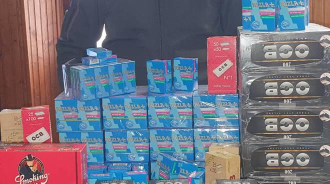 sequestro cartine e filtri dalla finanza per sigarette negozio di villaguardia