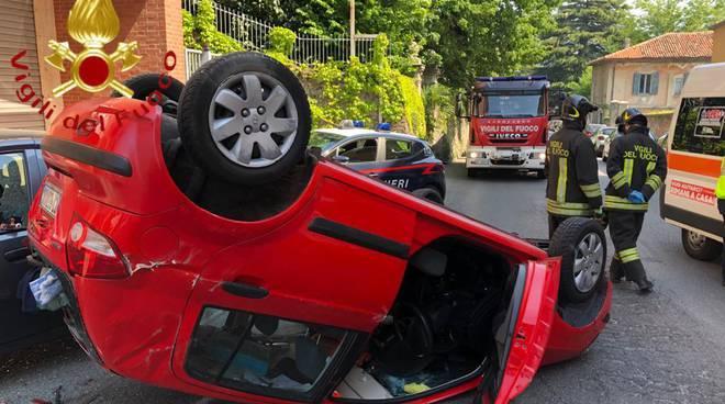 auto si ribalta corso bartesaghi ad erba, pensionato ferito soccorso pompieri e carabinieri