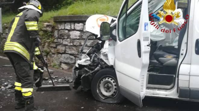 incidente tra dizzasco e castiglione intelvi strada bloccata furgone e camion