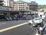 polizia locale como controlli strade check-point per fermare auto controlli virus