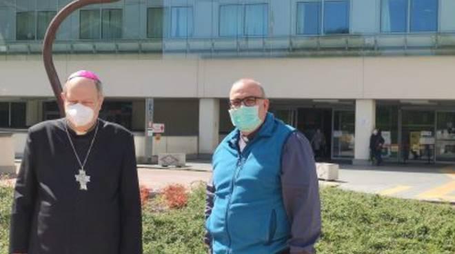 vescovo di como cantoni a celenbrare la messa al sant'anna con mascherina virus