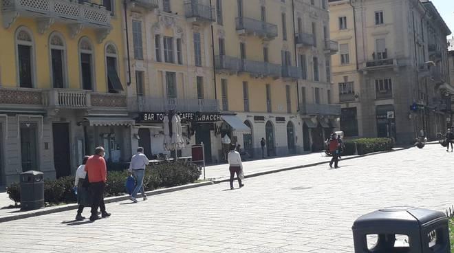 fase due a como, la prima giornata immagini generiche città gente traffico gente che corre