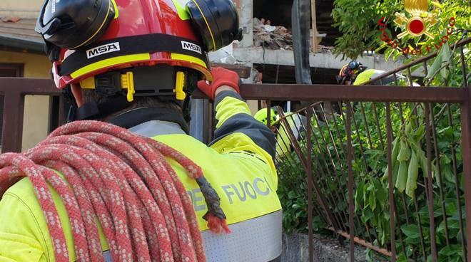 I pompieri scavano tra le macerie della casa esplosa ad Andrate